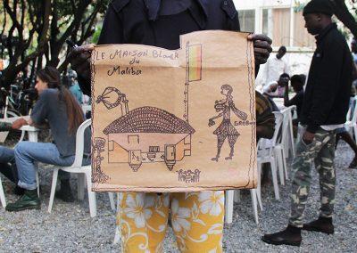 Ragazzo migrante presenta il suo disegno