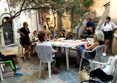 Brainstorming e lavoro assieme alla comunità in una piazza a belmonte