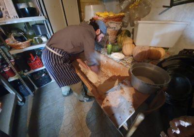 Samuele che impasta il pane