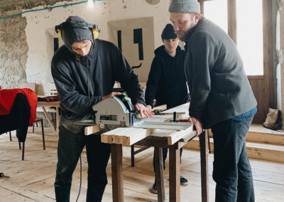 Taglio del legno durante il workshop