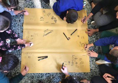 Disegni di gruppo con bambini della scuola elementare