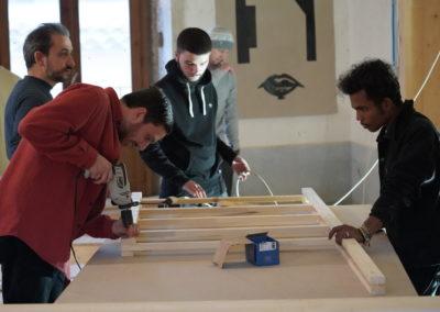 Studenti al lavoro durante il worksshop di auto-costruzione con Orizzontale