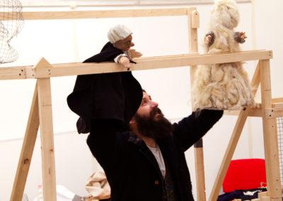 Stefano Cuzzocrea che usa marionette sulle strutture